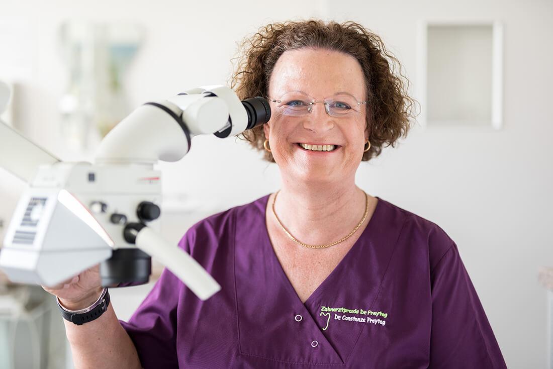 Zahnärztin Velbert - Frau Dr. Freytag am Mikroskop
